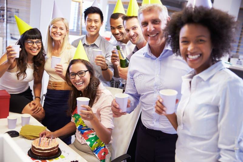 Τα γενέθλια ενός συναδέλφου εορτασμού στο γραφείο στοκ φωτογραφία με δικαίωμα ελεύθερης χρήσης