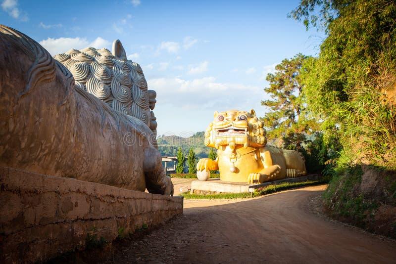 Τα γιγαντιαία κινεζικά αγάλματα λιονταριών σε WANG βάζουν το αγρόκτημα Mae τσαγιού του Tarn salong, επαρχία Chiang Rai, Ταϊλάνδη στοκ φωτογραφία με δικαίωμα ελεύθερης χρήσης