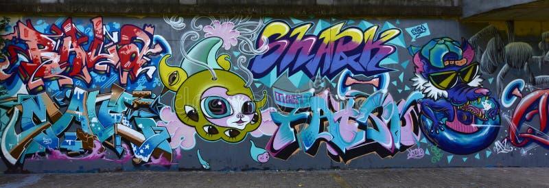 Τα γκράφιτι πόλεων στον τοίχο τσιμέντου στοκ φωτογραφία με δικαίωμα ελεύθερης χρήσης