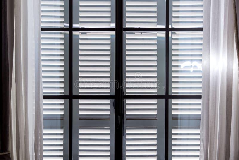 Τα γκρίζα ξύλινα παραθυρόφυλλα παραθύρων στοκ εικόνες