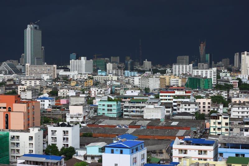 Τα γκρίζα σύννεφα θύελλας Dranatic συλλέγουν στη μέσα Μπανγκόκ στοκ εικόνα