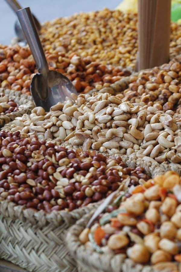 Τα γλασαρισμένα φρούτα πωλούν στην αγορά στοκ εικόνα