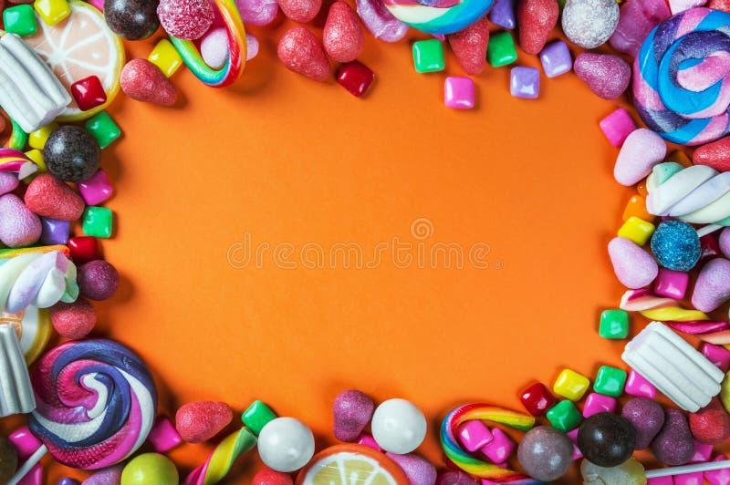 Τα γλυκά είναι διαφορετικά σε ένα μαύρο υπόβαθρο, καραμέλα, γόμμα, καραμέλα στοκ εικόνες με δικαίωμα ελεύθερης χρήσης