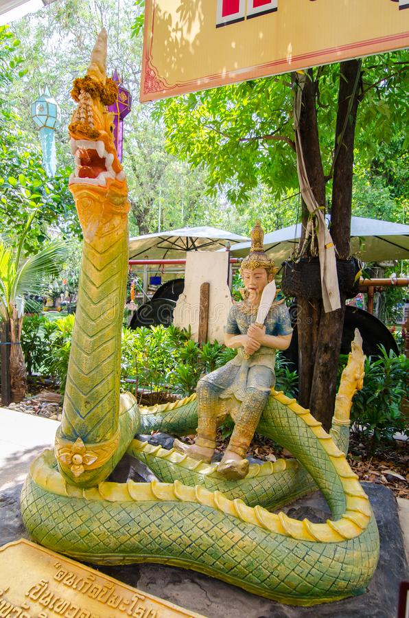 Τα γλυπτά Hinduism για το γίγαντα μένουν σε ένα πράσινο άγαλμα naga στο ναό rai-Khing wat στοκ φωτογραφίες