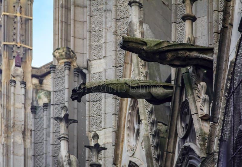 Τα γοτθικά gargoyles που καλύπτονται με το βρύο στην πρόσοψη του διάσημου καθεδρικού ναού της Παναγίας των Παρισίων στο Παρίσι Γα στοκ εικόνες
