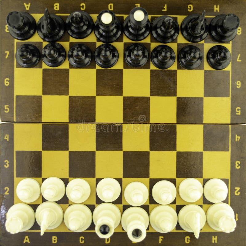 Τα γραπτά κομμάτια σκακιού στέκονται σε μια σκακιέρα πριν από την έναρξη ενός παιχνιδιού, τοπ άποψη στοκ φωτογραφία με δικαίωμα ελεύθερης χρήσης