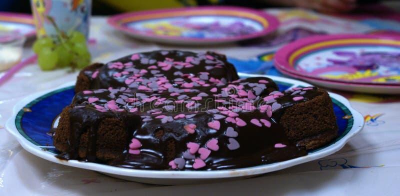 Τα γλυκά γενέθλια διακόσμησαν υπέροχα το κέικ σοκολάτας στοκ φωτογραφίες