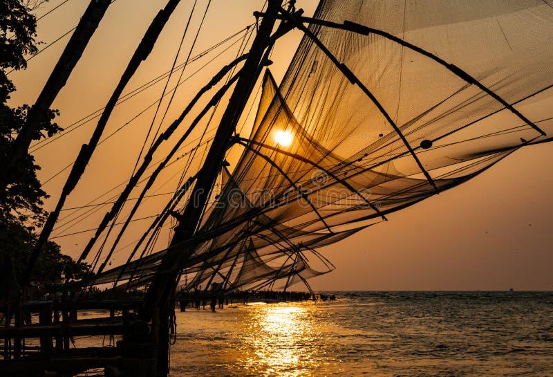 Τα δίχτυα του ψαρέματος τεμπελιάζουν στο ηλιοβασίλεμα στοκ εικόνες
