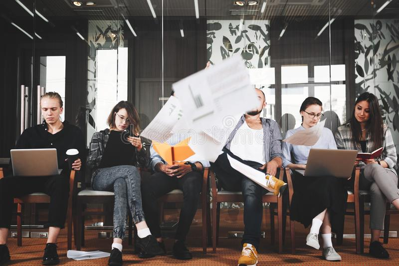Τα δημιουργικά ευτυχή hipsters αποφασίζουν να τελειώσουν τις ημέρες εργασίας τους και να αρχίσουν στοκ εικόνες