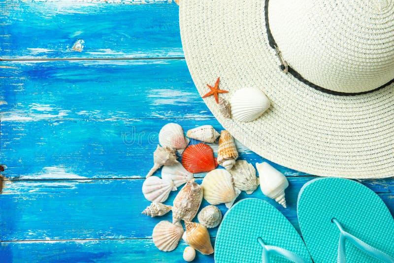 Τα διάφορα είδη παντοφλών καπέλων γυναικών ` s σπειροειδούς επίπεδου κόκκινου αστεριού κοχυλιών θάλασσας αλιεύουν στο ηλικίας ξύλ στοκ φωτογραφία
