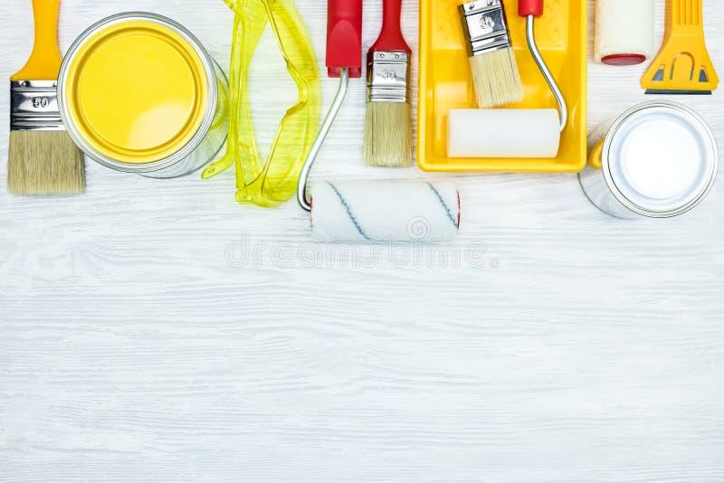 Τα διάφορα πινέλα, χρώμα μπορούν, προστατευτικά γυαλιά, κύλινδροι, PA στοκ εικόνες