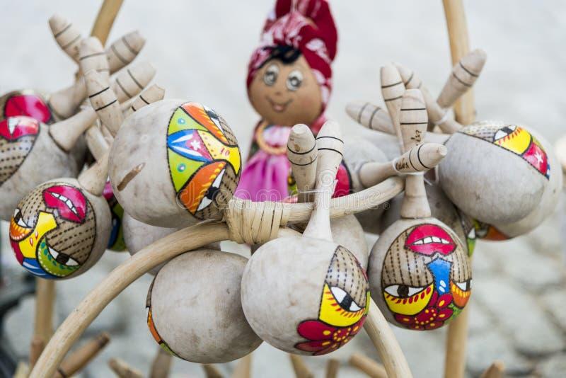 Τα διακοσμημένα αναμνηστικά maracas από την ΚΟΥΒΑ έκαναν από τις κολοκύθες για την πώληση σε έναν στάβλο στην οδό Matket - Cienfu στοκ φωτογραφία