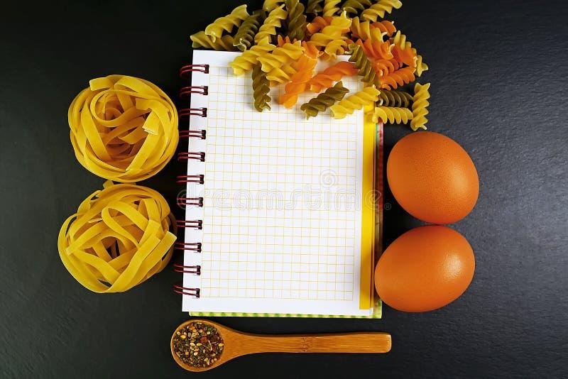 Τα διαφορετικά είδη ζυμαρικών tagliatelle, ιταλικών έννοιας τροφίμων και σχεδίου επιλογών, καρυκεύματα στα ξύλινα κουτάλια, ακατέ στοκ φωτογραφία με δικαίωμα ελεύθερης χρήσης