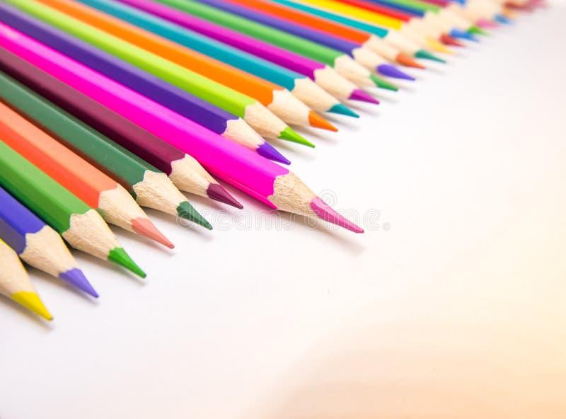 Τα διαφορετικά μολύβια χρώματος τοποθετούνται στοκ εικόνες
