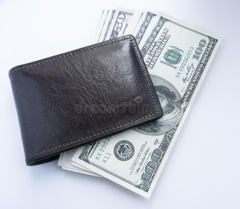 Τα δολάρια είναι στον πίνακα σε ένα καφετί πορτοφόλι στοκ φωτογραφίες με δικαίωμα ελεύθερης χρήσης
