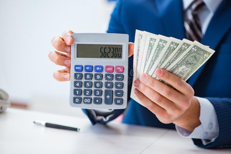 Τα δολάρια υπολογισμού λογιστών με τον υπολογιστή στην αρχή στοκ εικόνες