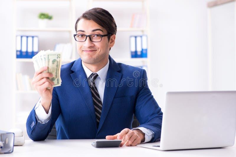 Τα δολάρια υπολογισμού λογιστών με τον υπολογιστή στην αρχή στοκ φωτογραφίες με δικαίωμα ελεύθερης χρήσης