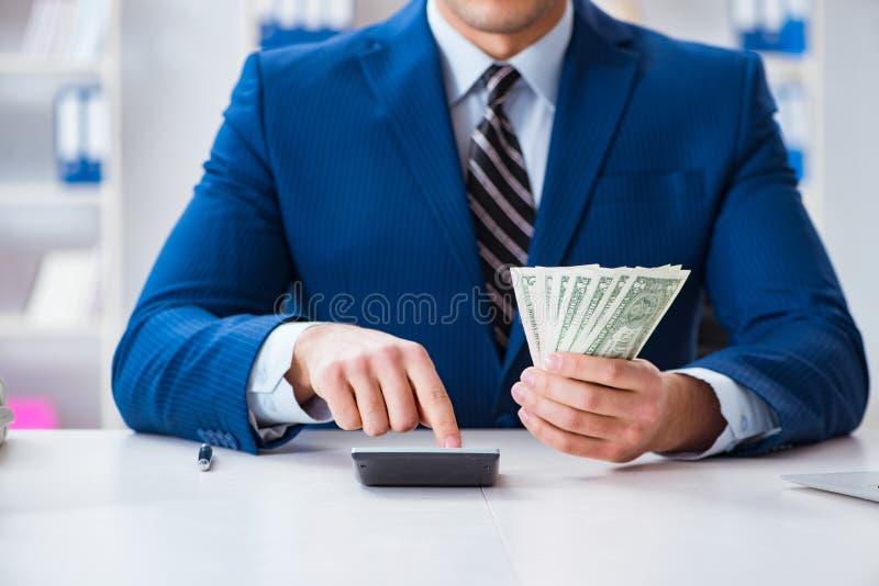 Τα δολάρια υπολογισμού λογιστών με τον υπολογιστή στην αρχή στοκ εικόνα με δικαίωμα ελεύθερης χρήσης