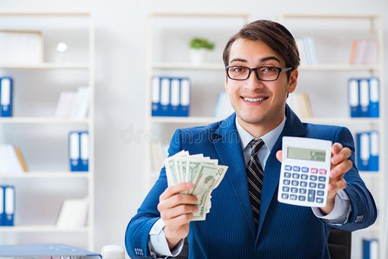Τα δολάρια υπολογισμού λογιστών με τον υπολογιστή στην αρχή στοκ φωτογραφία