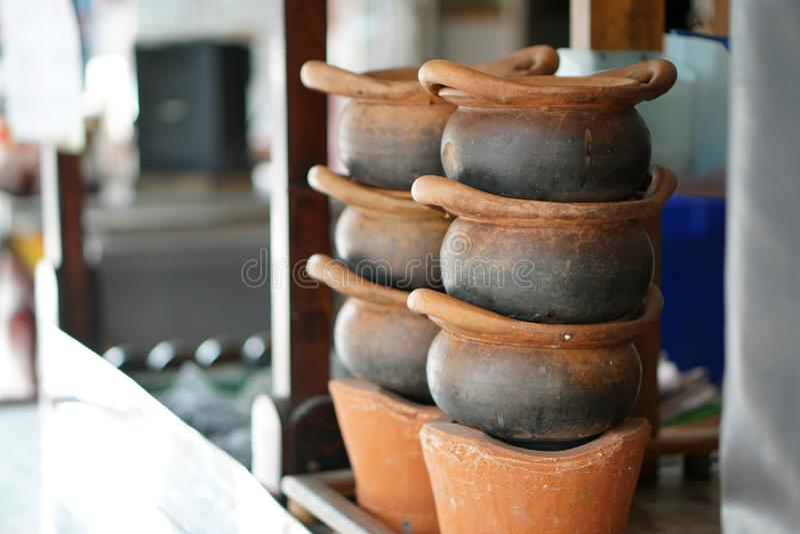 Τα δοχεία και οι φούρνοι αργίλου στο γραφείο των τροφίμων ψωνίζουν, εκτός από την άποψη στοκ εικόνα με δικαίωμα ελεύθερης χρήσης