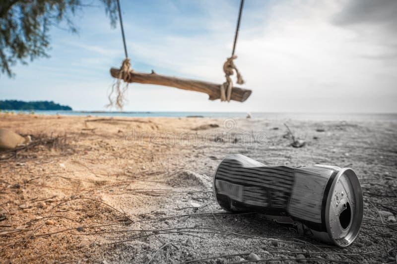 Τα δοχεία στην παραλία καταστρέφουν το περιβάλλον Απορρίματα στην άμμο στη φύση απορρίμματα επάνω σε μια όμορφη παραλία με μια τα στοκ εικόνα