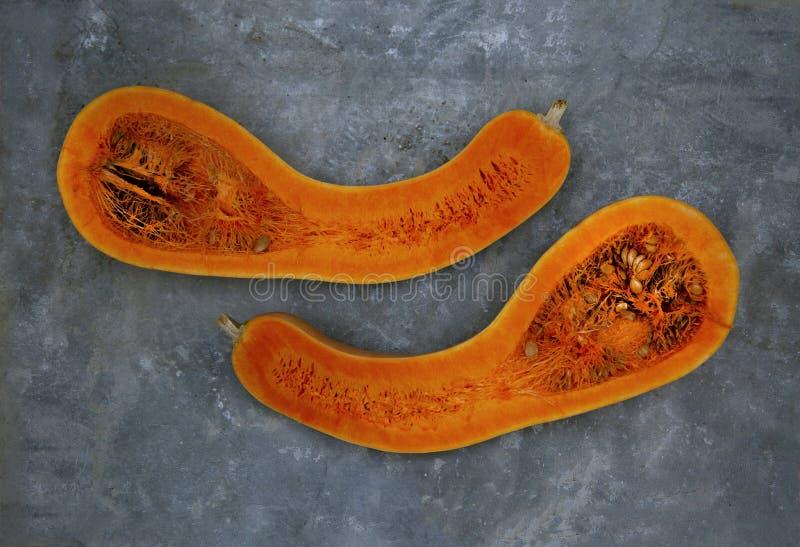 Τα δύο μισά της pear-shaped κολοκύθας τακτοποιούνται οριζόντια στοκ εικόνες