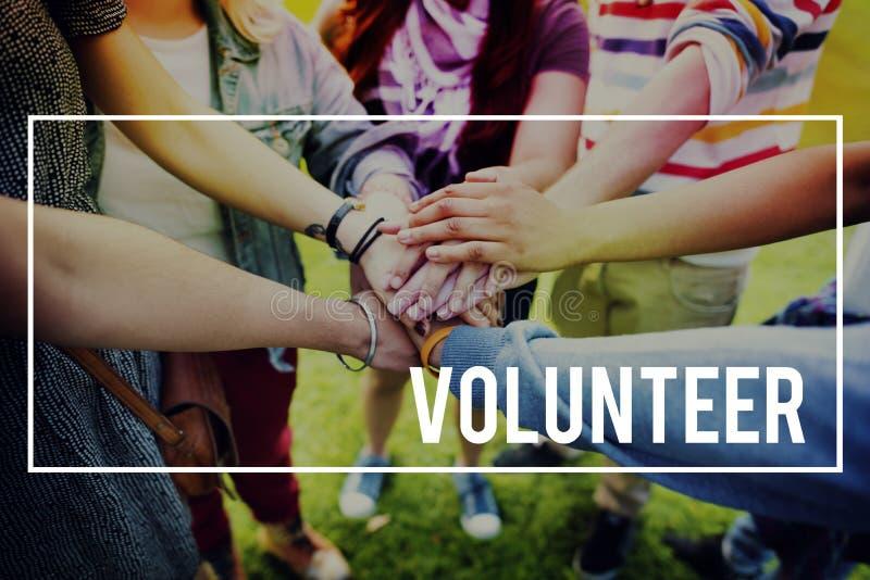 Τα εθελοντικά χέρια βοηθείας φιλανθρωπίας δίνουν την έννοια στοκ εικόνες