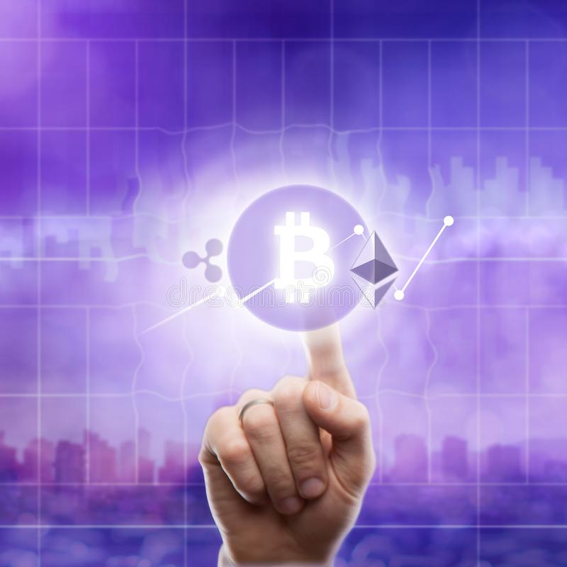 Τα εικονίδια bitcoin κυματίζουν, ethereum σε ένα εξαιρετικά πορφυρό υπόβαθρο της πόλης Το χέρι αγγίζει το εικονίδιο bitcoin στοκ φωτογραφία