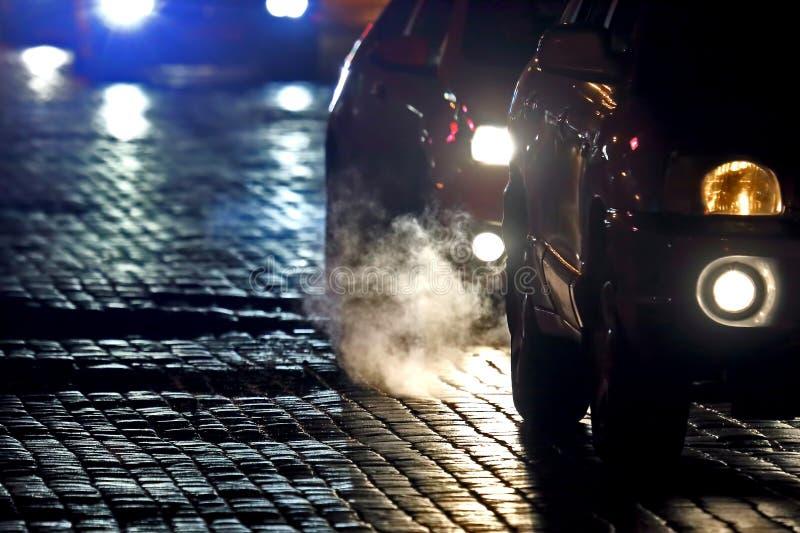 Τα ελαφριά αυτοκίνητα πηγαίνουν τη νύχτα στο πεζοδρόμιο εθνική οδός πόλεων στοκ φωτογραφίες με δικαίωμα ελεύθερης χρήσης