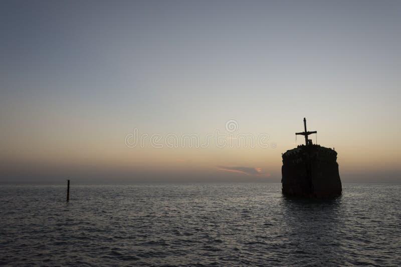 Τα ελληνικά συντρίμμια σκαφών στο νησί της Kish στο ηλιοβασίλεμα στοκ εικόνες με δικαίωμα ελεύθερης χρήσης