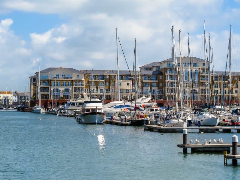 Τα δεμένα γιοτ και τα σπίτια πολυτέλειας στο λιμάνι στοκ φωτογραφία με δικαίωμα ελεύθερης χρήσης