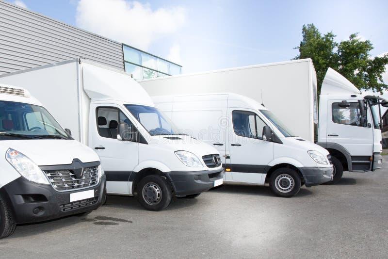 Τα εμπορικά φορτηγά παράδοσης σταθμεύουν στη θέση στάθμευσης μεταφορών της μεταφοράς της υπηρεσίας αποστολής μεταφορέων στοκ φωτογραφία