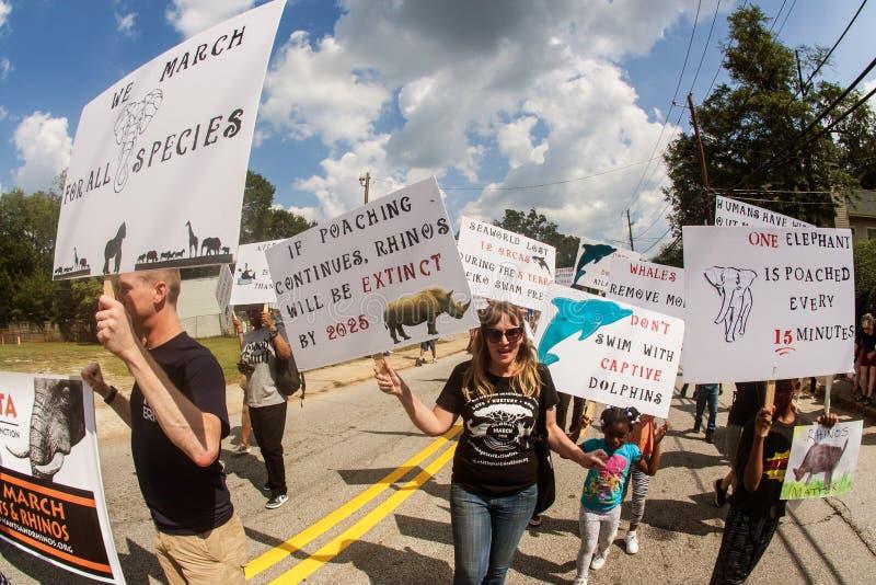 Τα ενεργά στελέχη δικαιωμάτων των ζώων περπατούν με τα σημάδια στην παρέλαση φεστιβάλ της Ατλάντας στοκ εικόνα