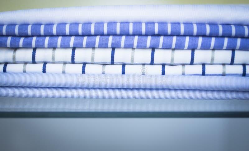 Τα ενδύματα πουκάμισων αποθηκεύουν το menswear κατάστημα στοκ εικόνες