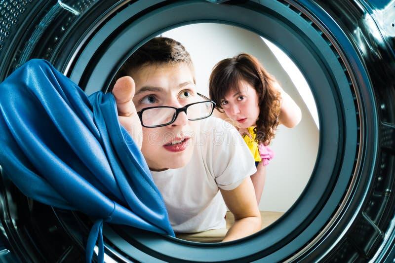 τα ενδύματα συνδέουν την αστεία εσωτερική μηχανή φόρτωσης με την πλύση όψης στοκ εικόνα