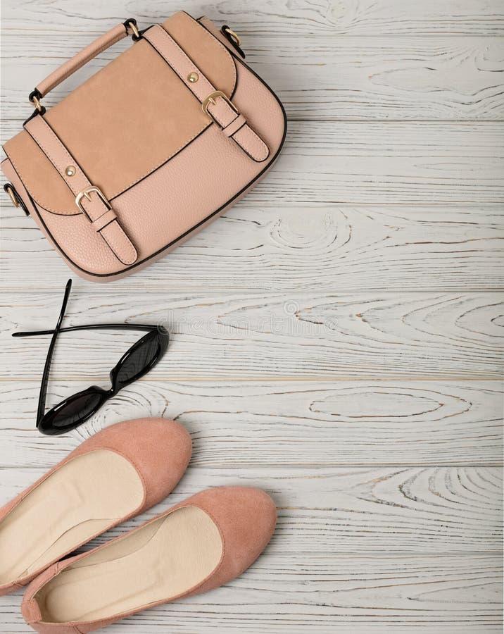 Τα εξαρτήματα γυναικών ` s - ήπια οδοντώστε, σάρκα-χρωματισμένος - παπούτσια, τοποθετούν σε σάκκο στοκ εικόνα