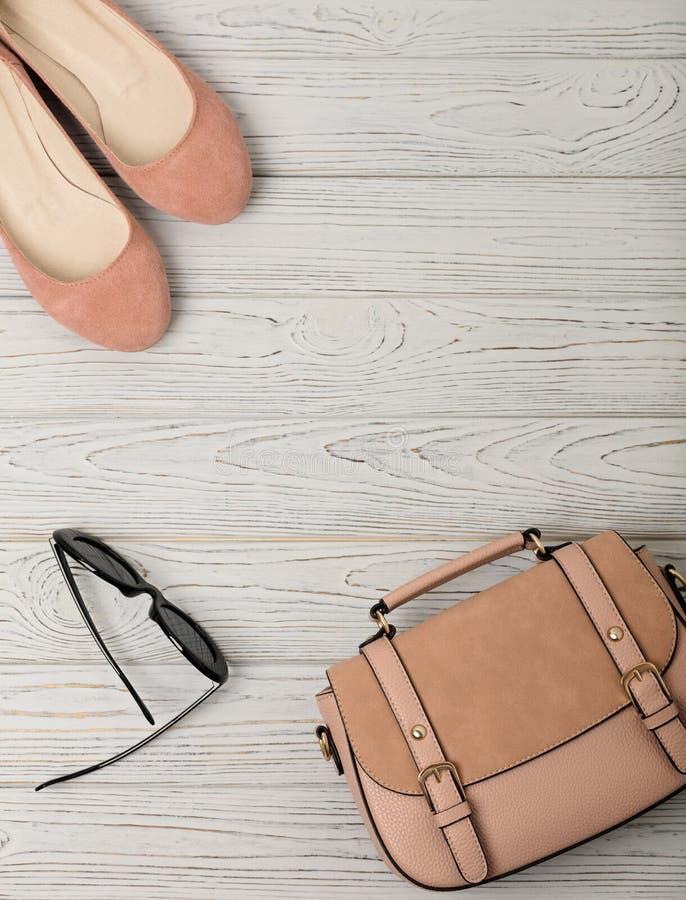 Τα εξαρτήματα γυναικών ` s - ήπια οδοντώστε, σάρκα-χρωματισμένος - παπούτσια, τοποθετούν σε σάκκο στοκ εικόνα με δικαίωμα ελεύθερης χρήσης