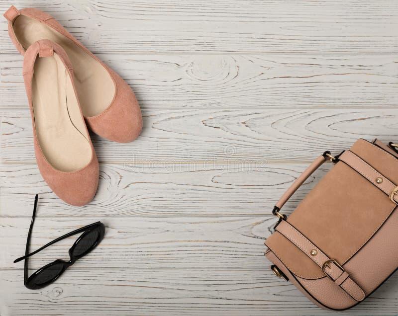 Τα εξαρτήματα γυναικών ` s - ήπια οδοντώστε, σάρκα-χρωματισμένος - παπούτσια, τοποθετούν σε σάκκο στοκ εικόνες με δικαίωμα ελεύθερης χρήσης