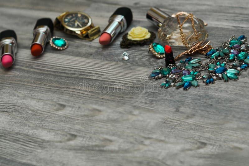 Τα εξαρτήματα μόδας, αποτελούν τα προϊόντα, τα παπούτσια και την τσάντα στο υπόβαθρο Η έννοια ομορφιάς και μόδας, επίπεδη βάζει στοκ εικόνες