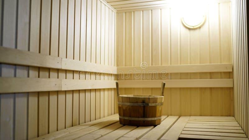 Τα εξαρτήματα σαουνών είναι στο εσωτερικό του δωματίου ατμού Το εσωτερικό της σάουνας Η σάουνα από στοκ εικόνα