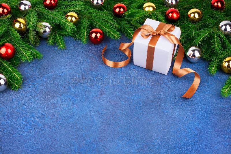 Τα εορταστικά σύνορα χριστουγεννιάτικων δέντρων, νέο διακοσμητικό πλαίσιο έτους, χρυσές, ασημένιες, κόκκινες διακοσμήσεις σφαιρών στοκ φωτογραφία