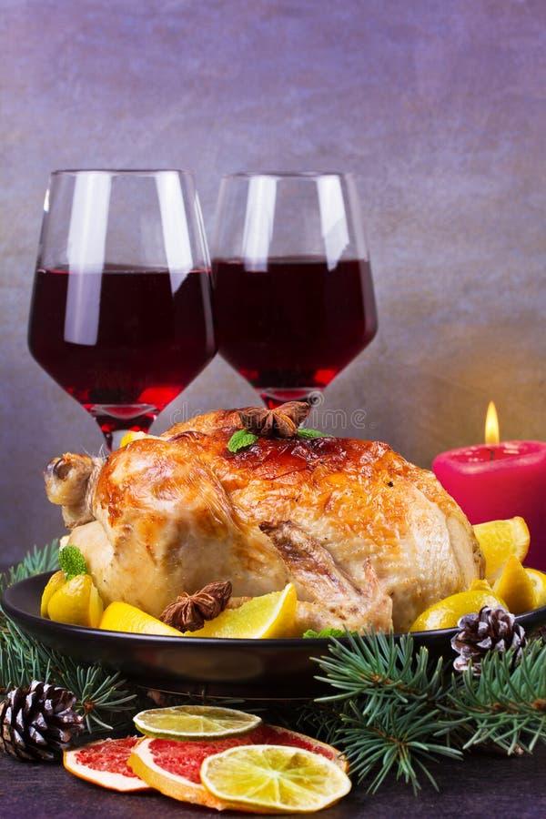 Τα εορταστικά Χριστούγεννα Τουρκία έψησαν με το πορτοκάλι, το λεμόνι και τον ασβέστη Ποτήρια του κόκκινου κρασιού και των κεριών στοκ φωτογραφία με δικαίωμα ελεύθερης χρήσης