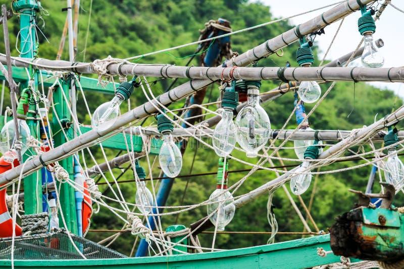 Τα επίκεντρα κρεμούσαν σε ένα αλιευτικό σκάφος και ένα καλαμάρι αλιεύοντας για να πιάσουν τα ψάρια στη νύχτα στοκ εικόνες με δικαίωμα ελεύθερης χρήσης