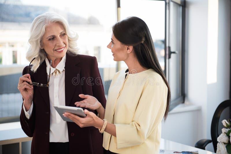 Τα επαγγελματικά θηλυκά συναδέλφων έχουν την ευχάριστη επικοινωνία στην αρχή στοκ εικόνες