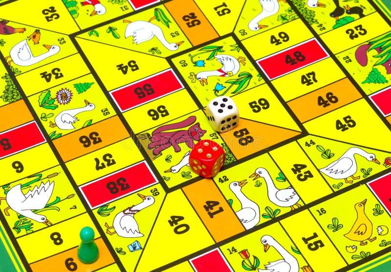 Τα επιτραπέζια παιχνίδια χρωμάτισαν τους ξύλινους αριθμούς με χωρίζουν σε τετράγωνα στοκ εικόνες