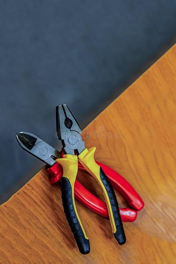 Τα εργαλεία επισκευής βρίσκονται στην άκρη του πίνακα εργαλεία χεριού για τα οικιακά βιομηχανικά σετ στοκ εικόνες με δικαίωμα ελεύθερης χρήσης