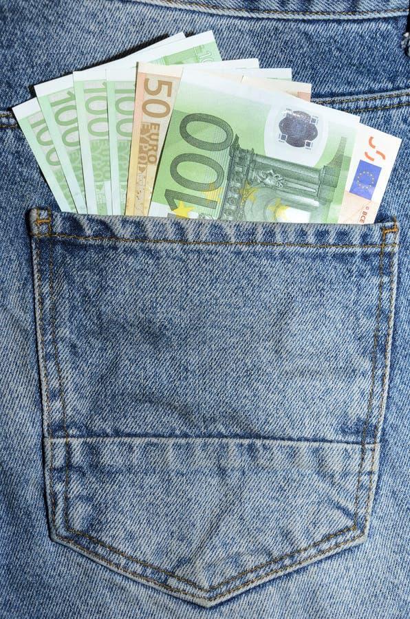 Τα ευρο- τραπεζογραμμάτια στα τζιν υποστηρίζουν την τσέπη στοκ φωτογραφία