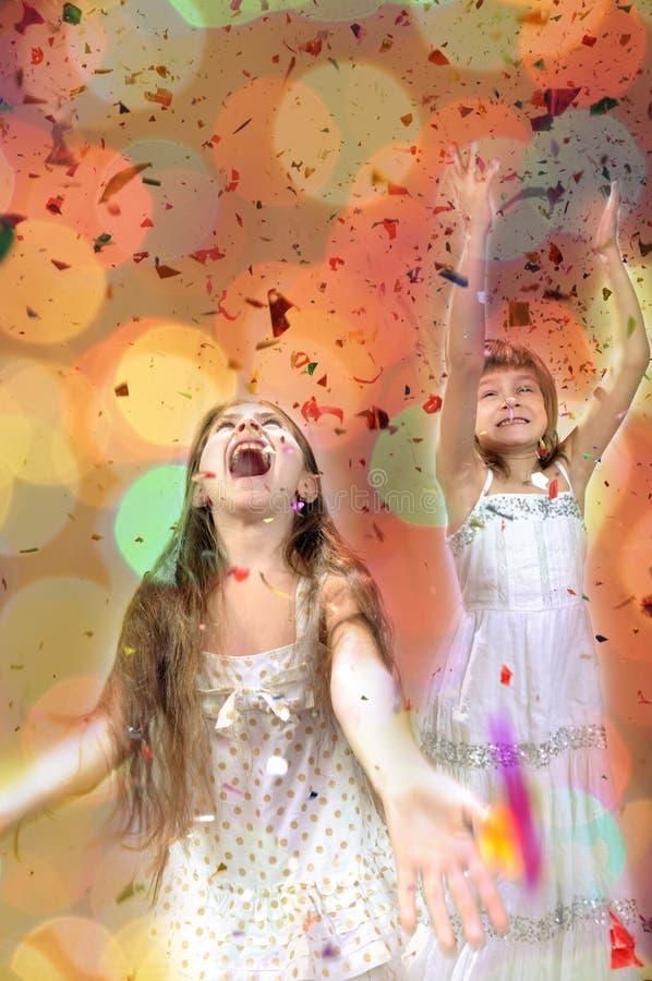 Τα ευτυχή μικρά κορίτσια έχουν τα Χριστούγεννα στοκ εικόνες