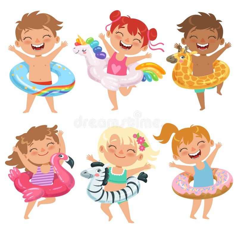 Τα ευτυχή παιδιά έντυσαν στους λαστιχένιους κύκλους Παίζοντας παιχνίδια στο πάρκο νερού ελεύθερη απεικόνιση δικαιώματος