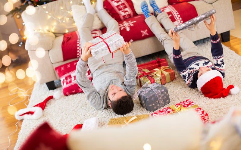 Τα ευτυχή παιδιά με παρουσιάζουν στο χρόνο Χριστουγέννων στοκ εικόνα με δικαίωμα ελεύθερης χρήσης